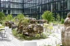 Kärcher Innenhof, Terrasse mit Großfelsen